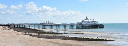 De pijler van Eastbourne en strand, Oost-Sussex, het UK op een zonnige de zomerdag Royalty-vrije Stock Afbeeldingen