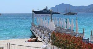 De pijler van het Hotelmartinez van Grand Hyatt Cannes met luxe lege stoelen stock video