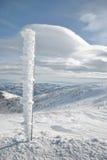 De pijler van het ijzer op sneeuwberg Royalty-vrije Stock Fotografie