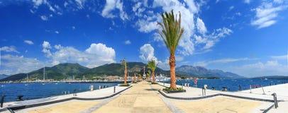 De pijler van de moderne toevluchtstad van Porto Montenegro bladeren van ons aan de bodem van de blauwe bergen royalty-vrije stock foto