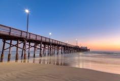 De pijler van New Port Beach in zonsondergangtijd Stock Foto