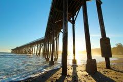 De pijler van San Simeon met golven, dichtbij Hearst-Kasteel, Californië, de V.S. royalty-vrije stock foto's