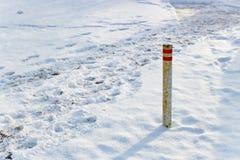 De pijler van sneeuwsporen op de weg Royalty-vrije Stock Afbeeldingen