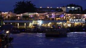 De pijler van Thamaharaj op Chao Phraya River stock footage