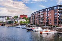 De pijler van Trondheim en moderne gebouwen noorwegen stock foto's