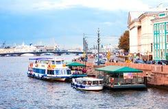 De pijler voor plezierboten op de Neva-rivier in St. Petersburg Stock Afbeelding