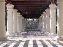 De pijlers en de gang van het hotel Stock Foto