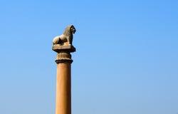De pijlers in Vaishali met de enige Pijler van leeuw hoofdashoka in India worden gevonden dat Stock Foto's