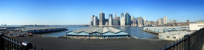 De pijlers van Brooklyn en het lagere panorama van Manhattan Stock Fotografie