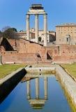 De pijlers van de tempel die in pool worden weerspiegeld Stock Afbeelding