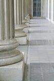 De pijlers van de wet en van de orde buiten een gerechtsgebouw Stock Foto's