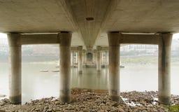 De pijlers van een brug stock fotografie
