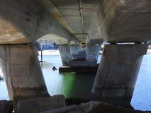 De pijlers van een brug stock foto's