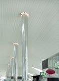 De pijlers van het roestvrij staal met verlichting bij de bovenkant Royalty-vrije Stock Foto's