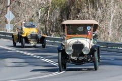 1940 de Pijlsedan van Pontiac het Zilveren drijven bij de landweg Stock Afbeeldingen