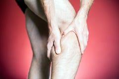 De Pijn van de knie, de massage van het mensenbeen Royalty-vrije Stock Foto's
