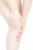 De pijn van de vrouwenknie met handen wat betreft been, het knippen weg Stock Afbeeldingen