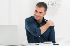 De Pijn van zakenmansuffering from shoulder stock afbeeldingen