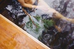 De pijnboom vertakt zich dichtbij hete conifer spa stock foto's