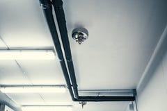 De pijp en de pijpen van de brandsproeier bij witte celling, automatisch brandbeveiligingsysteem in gebouwen stock foto
