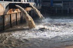 De pijp van de afvalwaterlossing in kanaal en overzees royalty-vrije stock afbeeldingen