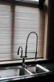 De pijp van de keuken door het venster Stock Afbeeldingen
