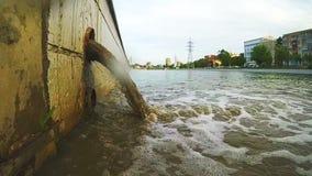 De pijp van het afval of drainage verontreinigend milieu stock videobeelden