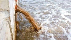 De pijp van het afval of drainage verontreinigend milieu Het afvoerkanaal draagt riolering Vuil water die direct in rivier lossen stock video