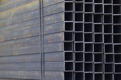 De pijp van het metaalprofiel van rechthoekige dwarsdoorsnede in pakken bij het pakhuis van metaalproducten Royalty-vrije Stock Foto's