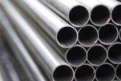 De pijp van het metaalprofiel van ronde sectie in pakken bij het pakhuis van metaalproducten Stock Foto's