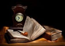 De pijp van het stilleven en open bijbel Royalty-vrije Stock Afbeeldingen