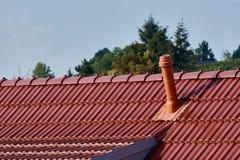 De pijp van het ventilatiesysteem op een Duits dak stock foto's