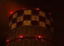 De pijp zendt rook in de atmosfeer uit De mening van de nacht stock afbeeldingen
