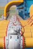 De pijpen en de kleppen zijn op de post van de gascompressor Stock Afbeeldingen