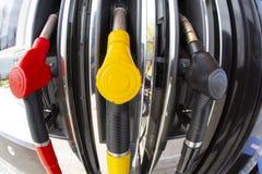 De pijpen van de close-upbrandstof op benzine en diesel De pomp van het benzinestation Mensen bijtankende benzine met brandstof i royalty-vrije stock fotografie