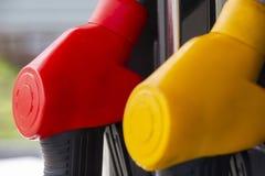 De pijpen van de close-upbrandstof op benzine en diesel De pomp van het benzinestation Mensen bijtankende benzine met brandstof i royalty-vrije stock foto