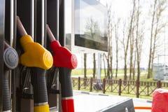 De pijpen van de close-upbrandstof op benzine en diesel De pomp van het benzinestation Mensen bijtankende benzine met brandstof i royalty-vrije stock afbeelding