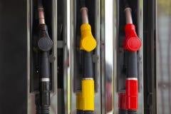 De pijpen van de close-upbrandstof op benzine en diesel De pomp van het benzinestation Mensen bijtankende benzine met brandstof i stock fotografie