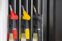 De pijpen van de close-upbrandstof op benzine en diesel De pomp van het benzinestation Mensen bijtankende benzine met brandstof i royalty-vrije stock foto's