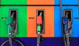 De pijpen van de benzinepomp in een benzinestation Stock Foto