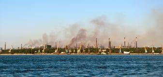 De pijpen van de fabriek met giftige rook stock foto