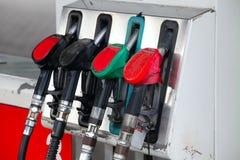 De pijpen van de pomp bij het benzinestation Royalty-vrije Stock Afbeelding