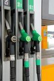 De Pijpen van de Pomp van de brandstof bij Benzinestation Royalty-vrije Stock Foto's