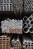 De pijpen van het metaal en hoekstaalstapel Stock Foto's