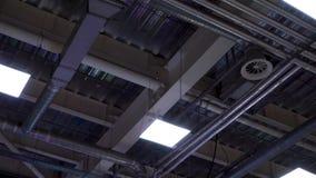 De pijpen van hvacsysteem hangen op plafond van grote wandelgalerij stock video