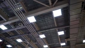 De pijpen van de luchtleidingsventilatie op plafond van de grote industriële bouw stock videobeelden
