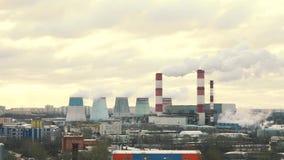 De pijpinstallaties zenden in de loop van de dag uit stoom, rook Fabriek stock footage