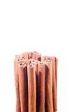 De pijpjes kaneel stapelden verticaal Stock Fotografie