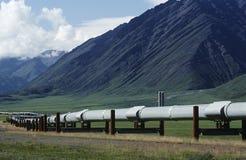De pijpleiding van de V.S. Alaska Dalton Highway in vallei stock afbeelding