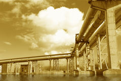 De pijpleiding van het staal wordt gefotografeerd op hemelachtergrond Stock Afbeelding